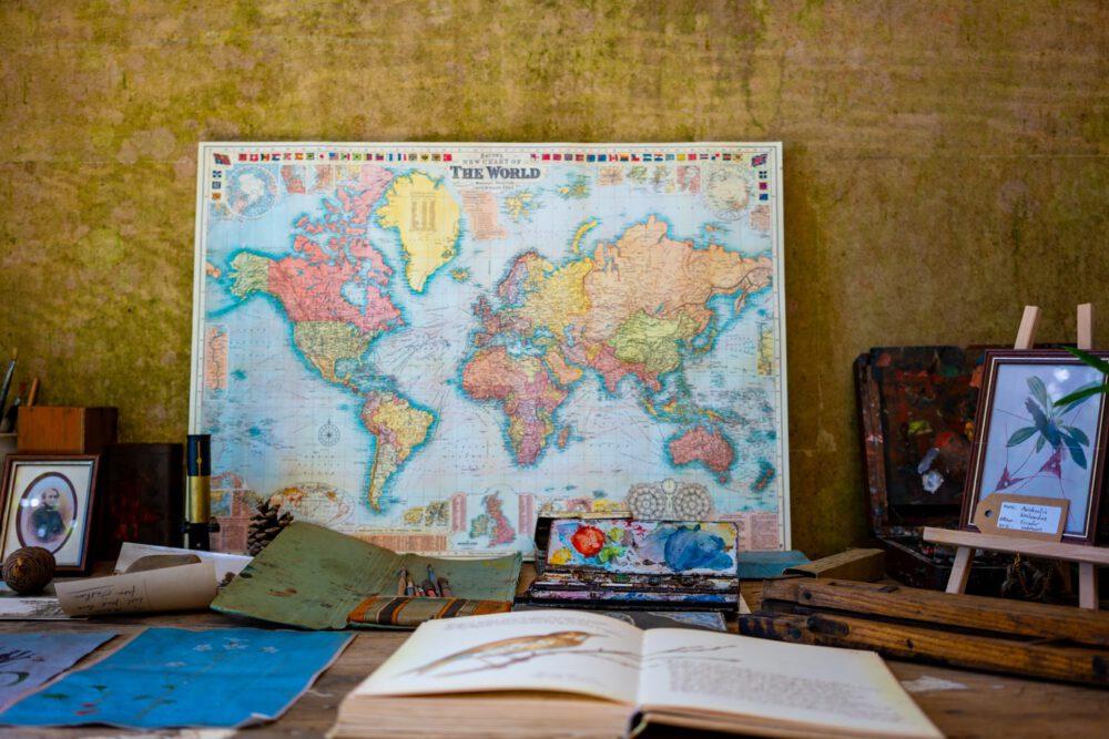 אטלס פתוח עם ספר ליד, תרגום טקסט בשפה זרה